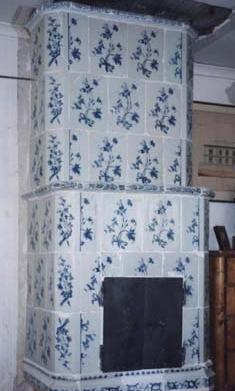 Stockholmstillverkad kakelugn med blomdekor i koboltblått, 1700-talets senare del.